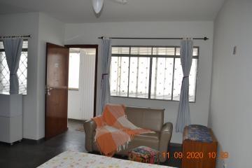Kitnet com 1 dormitório, 1 banheiro, cozinha com fogão e geladeira, área de serviço, sofá e armário. Acabamento: laje, piso frio e banheiro azulejado até o teto.  Sem os Móveis R$ 650,00  Aluga também para fins comerciais.