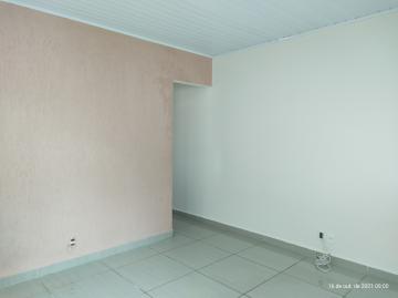 Casa com 2 dormitórios, sala, cozinha, 1 banheiro social, área de serviço, quintal e garagem para 1 carro. Acabamento: Laje e piso frio.
