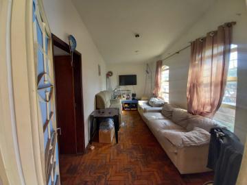 São duas casas. 1ª Casa: 3 dormitórios, sala, cozinha e 1 banheiro. 2ª Casa: 2 dormitórios, sala, cozinha e 1 banheiro. Individuais, separadas por muro. Garagem para 2 carros. Acabamento: laje, taco e piso frio.