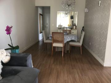 Apartamento com 2 dormitórios sendo 1 com armário e 1 com ar condicionado, sala de estar 2 ambientes, cozinha com armário embutido, 1 banheiro social, lavabo e área de serviço.
