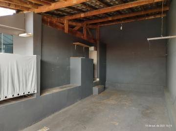 Casa com 2 dormitórios, sala de estar com ventilador de teto, cozinha, 1 banheiro social com box acrílico, garagem para 2 carros (portão fechado sem motor). Acabamento: laje, piso frio e azulejo.