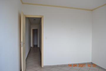 Apartamento com 2 dormitórios, 1 banheiro, sala, cozinha e área de serviço.  Acabamento: laje e piso frio.