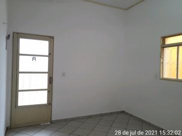 Apartamento com 2 dormitórios, 1 banheiro, sala de estar, cozinha, área de serviço coberta e garagem para 1 carro. Acabamento: laje e piso frio.